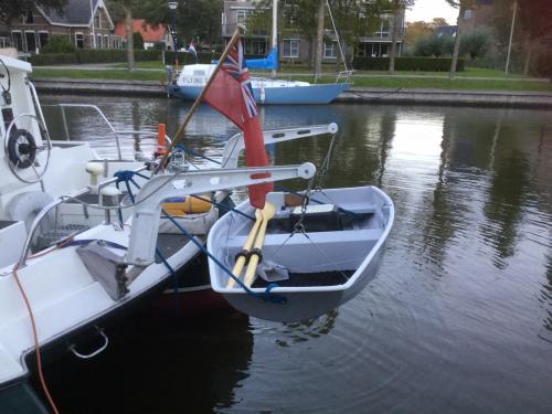7'_boat_tender_on_davits