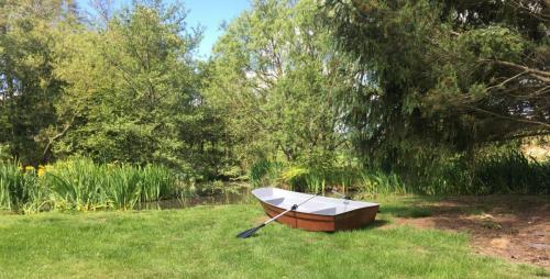 8'-dinghy-on-pond