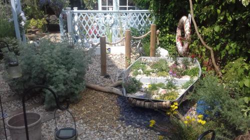 otter-boats-garden-planter